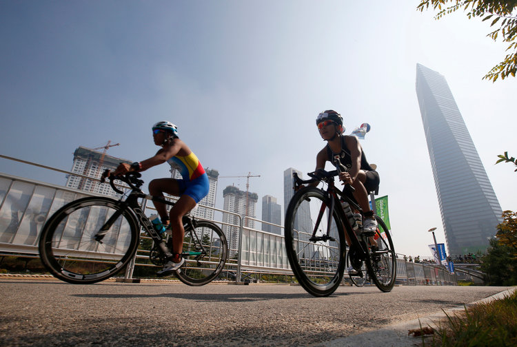 Fifteen miles of bike lanes go through the district, connecting to a larger 90-mile network in Songdo City.