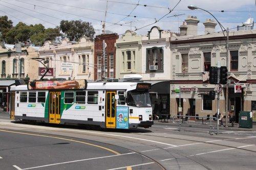 Z3.194 heads west on Victoria Street at Errol Street in North Melbourne